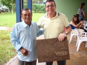 Wilton Paulino recebe presente de Pedrinho, um dos funcionários mais antigos da FACHASUL