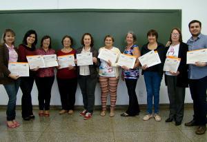 Concluintes do curso recebem certificados
